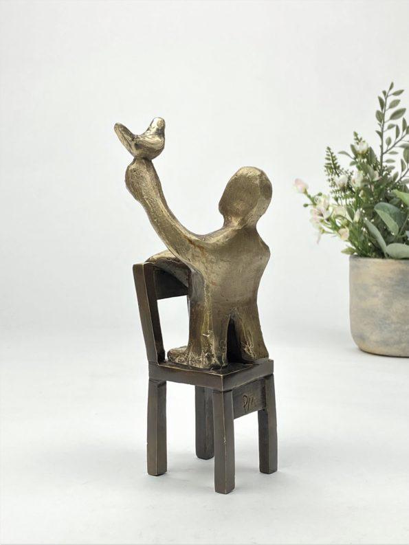 En fågel i handen ... - äkte brons